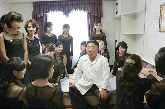 김 위원장이 관현악단원들의 생활실을 찾아 여자 단원들과 이야기하고 있다.[연합뉴스]