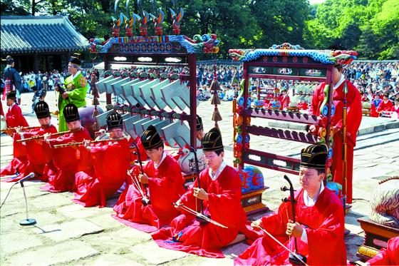 종묘제례악 연주 장면. 세종은 중국에서 수입된 아악과 스타일이 다른 신악을 창제해 종묘제례악을 혁신했다. 'ㄱ'자 모양 경석이 달린 악기가 편경이다. [중앙포토]