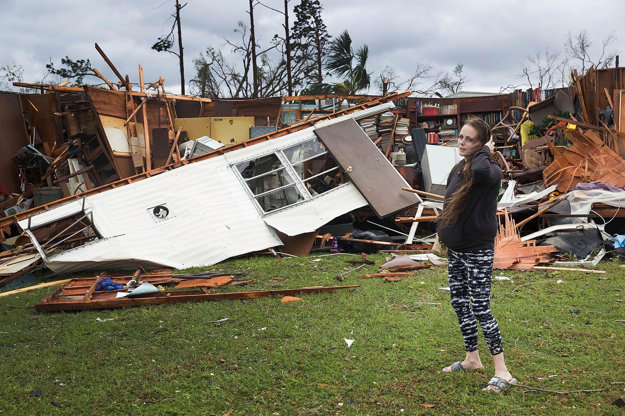 10일(현지시간) 미국 플로리다 주 파나마 시티에서 한 시민이 마이클로 인해 파손된 집 앞에 서 있다. [AFP=연합뉴스]