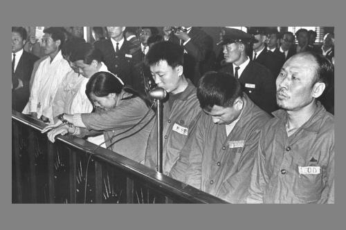 고(故) 이수근(오른쪽)씨가 사형선고를 받은 후 체념한 듯 재판부를 바라보고 있다. [중앙포토]