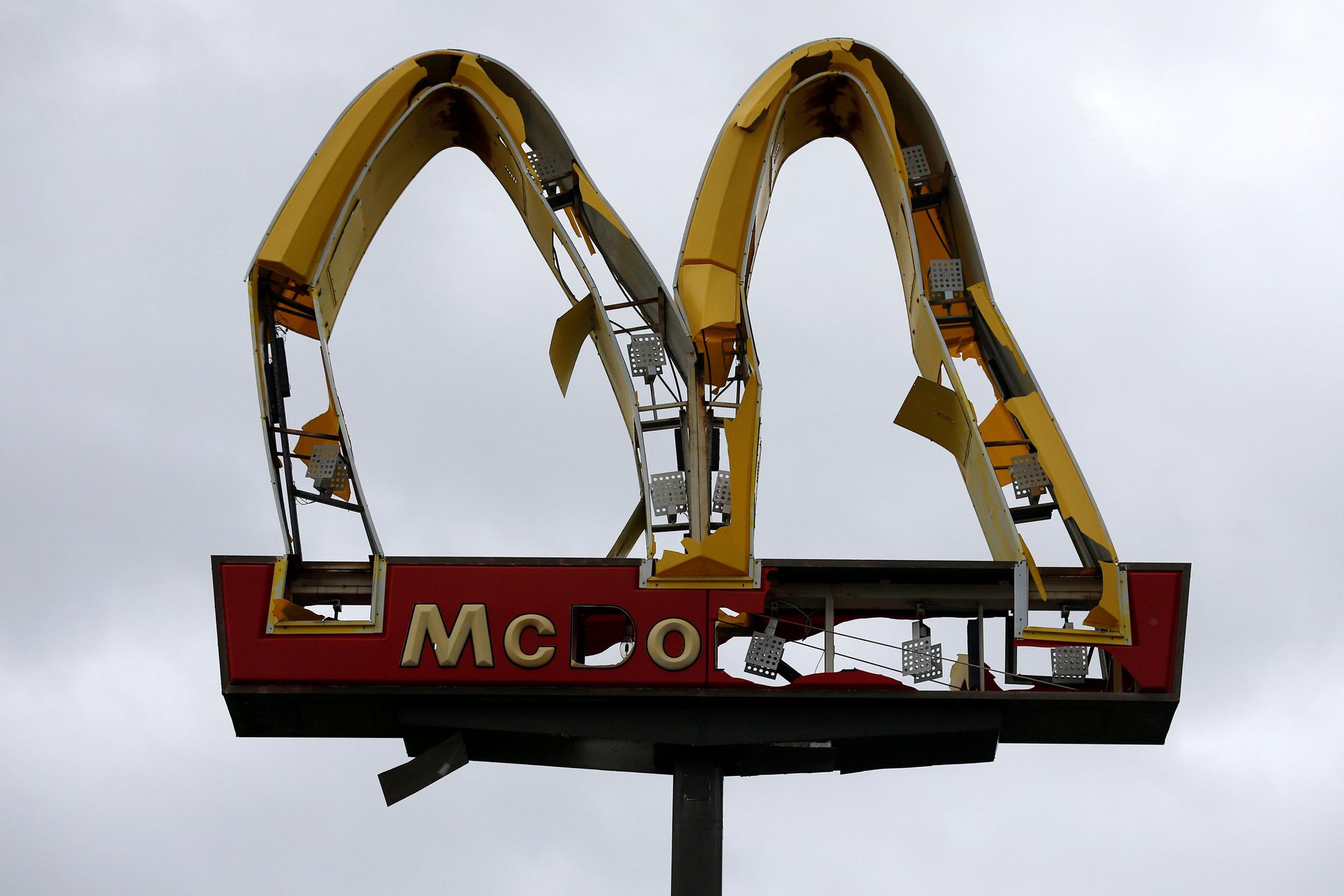 10(현지시간) 미국 플로리다주 파나마시티 해변에 있는 맥도날드 간판이 강풍을 동반한 4등급 허리케인 마이클 의해 파손돼 있다. [로이터=연합뉴스]