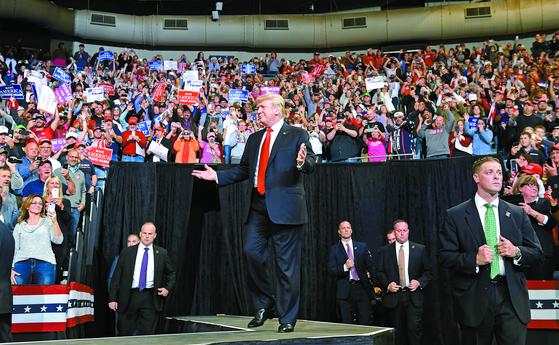 도널드 트럼프 미국 대통령이 9일(현지시간) 아이오와주 카운슬블러프스에서 열린 중간선거 지원유세 집회에 경호를 받으며 입장하고 있다. [AP=연합뉴스]