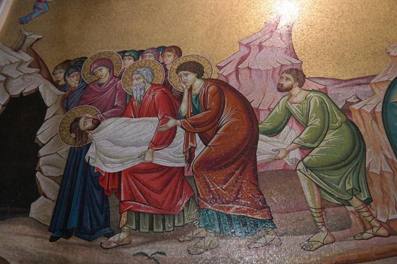 십자가에서 내린 예수의 주검을 동굴 무덤으로 옮기고 있다. 당시 유대인들은 동굴을 무덤으로 사용했다.