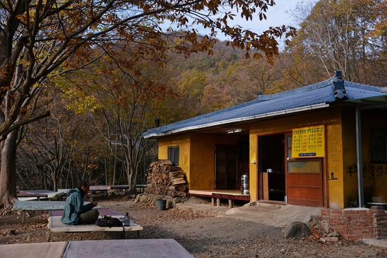 전남 순천 송광사와 선암사를 잇는 '천년불심길'을 걷는다면, 굴목이재에서는 보리밥집을 들러야 한다. [사진 진우석]