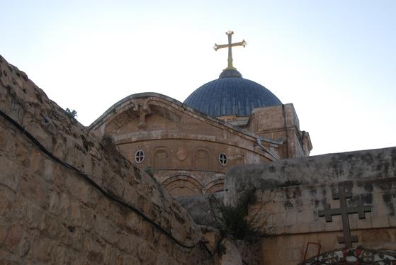 예수의 십자가 죽음과 부활의 현장인 골고다 언덕에 세워진 성묘교회. 내부에는 예수가 십자가에 못박혔다는 구체적 현장이 있다.