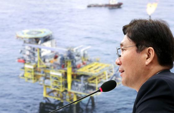 성윤모 산업통상자원부 장관이 11일 국회에서 열린 산업통상자원부 국정감사에서 답변하고 있다. [뉴시스]