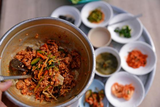 먼 길을 걷다가 쓱쓱 비벼 먹는 보리밥은 최고의 별미다. [사진 진우석]