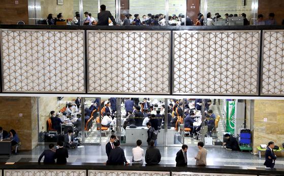 국정감사 첫날인 지난 10일 서울 여의도 국회의사당 복도에 세종시에서 올라온 공무원들이 자료준비를 위해 대기하고 있다. 이날 국회에서는 세종청사에 있는 문체·농림·산자·복지부 국감이 열렸다. [변선구 기자]