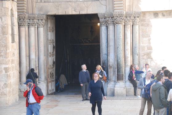 예수의 죽음과 부활의 현장인 성묘교회 정문. 그리스도교 각 교파의 수도자들이 지금도 성묘교회 안에서 다양한 방식의 종교적 의식을 열고 있다.