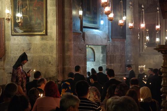 성묘교회 안에서 아르메니안 교회 순례객들이 찬송가를 부르며 기도를 하고 있다.