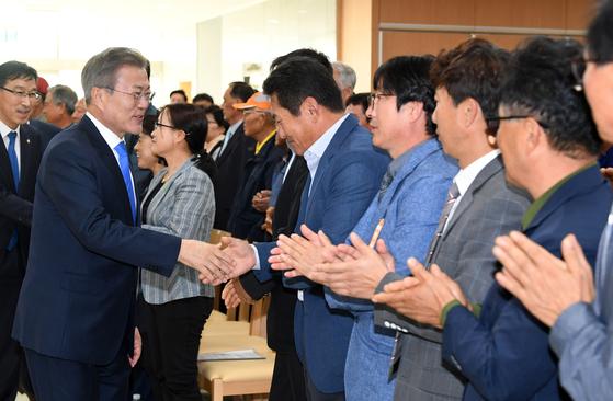 문재인 대통령이 11일 오후 제주 서귀포시 강정마을 커뮤니티센터에서 주민들에게 강정마을 사태 관련자들에 대한 사면과 복권을 약속했다.