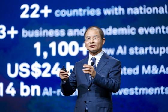 에릭 쉬 화웨이 순환 최고경영자(CEO)가 10일 중국 상하이에서 열린 '화웨이 커넥트 2018'에서 기조연설을 하고 있다. [사진 화웨이]