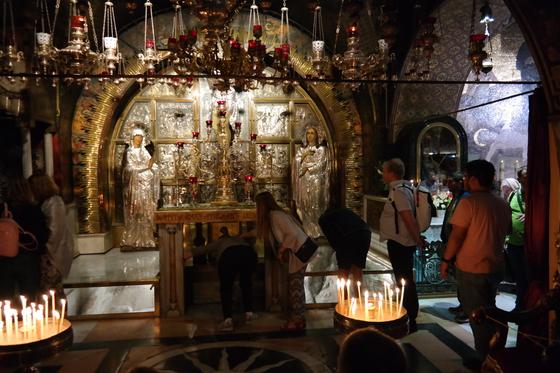 예수가 십자가에 못박혔다는 땅 위에 세운 십자가상. 순례객들은 그 앞에서 무릎을 꿇기도 하고, 제단 아래로 팔을 넣어 그 땅을 직접 만져보기도 했다.