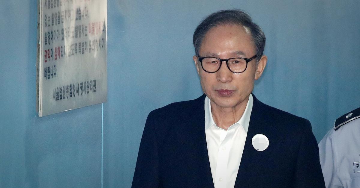 이명박 전 대통령이 지난 9월 6일 오후 서울 서초구 중앙지방법원에서 열린 특정범죄가중처벌법상 뇌물 등 28회 공판에 출석하고 있다. [뉴스1]