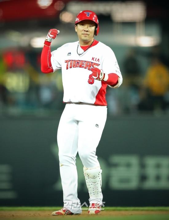 KIA 안치홍이 12일 광주 롯데전 7회 결승 2타점 2루타를 친 뒤 주먹을 불끈쥐며 기뻐하고 있다. 사진=KIA타이거즈 제공