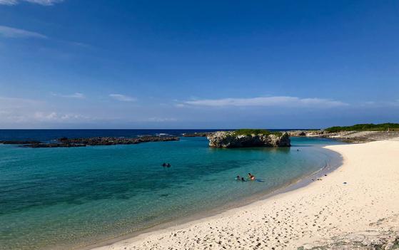 기카이 공항 인근에 위치한 스기라 비치는 산호초에 둘러쌓여 파도가 잔잔하다. 지난달 23일 관광객들이 스기라 비치에서 해수욕을 즐기고 있다. 사진=김상진 기자
