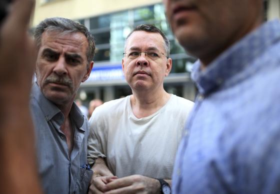 터키 법원이 2년간 구금했던 미국국적 앤드루 브런슨 목사의 석방을 결정했다. [AP=연합뉴스]