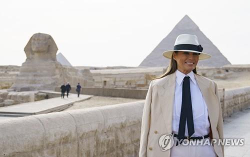 6일 이집트카이로 피라미드를 찾은 멜라니아 여사. [AP=연합뉴스]