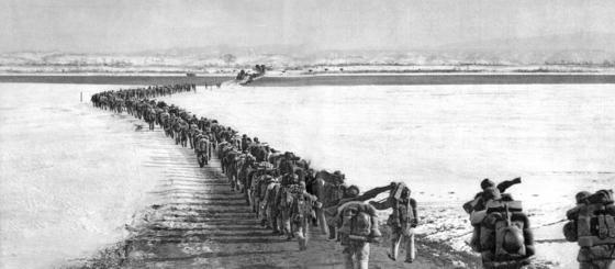 한국 전선으로 향하는 중공군 대열이 압록강을 건너고 있다. 북진하던 국군과 연합군을 막아 전선을 경기도까지 밀고 내려왔던 중공군은 1951년 5월 막대한 병력을 동원해 강원도 인제와 홍천 지역에 대규모 공세를 펼쳤다. [ 중앙포토 ]