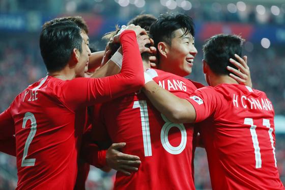황의조(등번호 18번)가 우루과이전 첫 골 직후 동료들의 축하를 받고 있다. [연합뉴스]