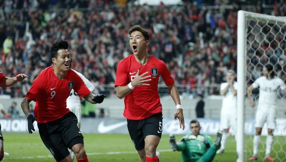 축구대표팀은 정우영(오른쪽)의 결승골에 힘입어 남미의 강호 우루과이를 무너뜨렸다. [뉴스1]