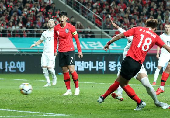 황의조(18번)가 손흥민의 슈팅이 골키퍼에 맞고 튀어나오자 재차 슈팅을 시도하고 있다. [뉴스1]
