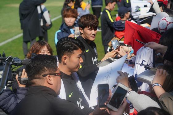 손흥민이 파주 NFC를 찾은 축구팬에게 사인해주고 있다. [연합뉴스]