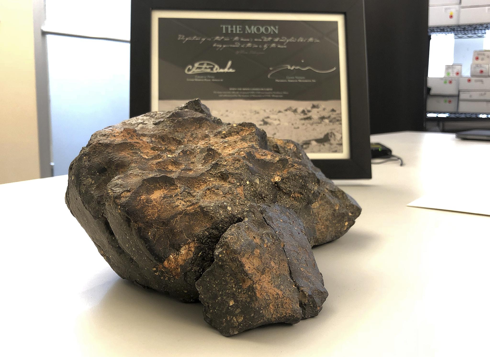 달 운석의 일반거래는 매우 드물다. 대부분 발견된 지역의 나라소유로 넘어간다. 부아그바는 공개적으로 판매되는 달 운석 중 가장 크다. [AP=연합뉴스]