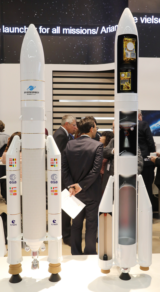 epa07061448 Scale models of an Ariane 5 (L) and Ariane 6 (R) rockets are presented at the International Astronautical Congress IAC in Bremen, northern Germany, 01 October 2018. More than 6,000 scientists and space experts meet for the 69th edition of one of the world's biggest space-related congresses which runs until 05 October. EPA/FOCKE STRANGMANN <저작권자(c) 연합뉴스, 무단 전재-재배포 금지>
