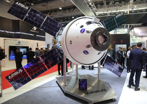 epa07061449 An ORION spacecraft scale model is put on display at the booth of Airbus at the International Astronautical Congress IAC in Bremen, northern Germany, 01 October 2018. More than 6,000 scientists and space experts meet for the 69th edition of one of the world's biggest space-related congresses which runs until 05 October. EPA/FOCKE STRANGMANN <저작권자(c) 연합뉴스, 무단 전재-재배포 금지>