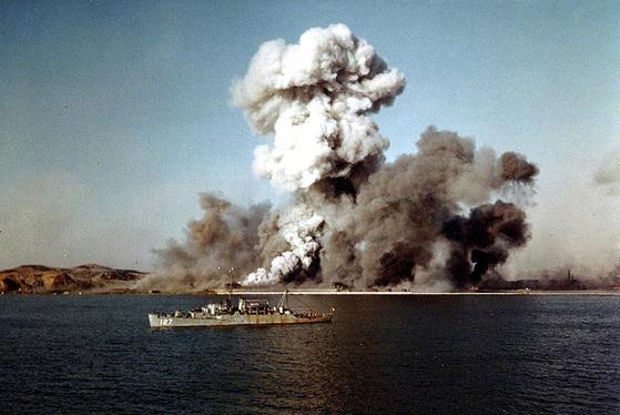 1950년 12월 24일 마지막 철수선 베고(Begor)가 출항한 직후 폭파되는 흥남 부두. 공산군이 사용하지 못하도록 하기 위해서였지만 그 이면에 아군이 이곳에 다시 오지 않는다는 의미도 내포되어 있다. 그렇게 북진은 좌절되었다. [사진 미 해군]