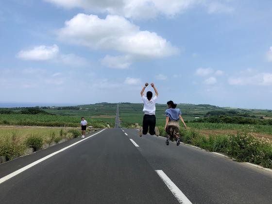일자로 죽 뻗은 3.5km의 사탕수수 로드에서 기카이 섬 아이들이 점프하고 있다. 사진=김상진 기자