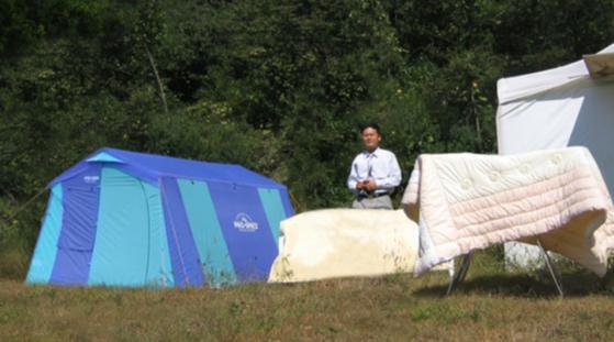 텐트 생활 도중 젖어 곰팡이 난 이불을 말리는 중. [사진 백재권]