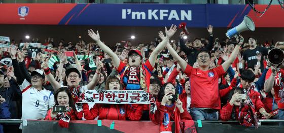 우루과이와 A매치 평가전에서 붉은악마가 응원전을 펼치고 있다. 이날 경기장에는 6만4170명의 팬들이 관중석을 가득 메우고 '한국 축구의 봄'을 만끽했다. [뉴스1]