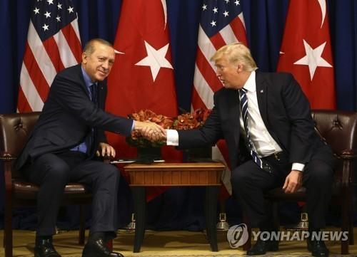 지난 해 10월 뉴욕 유엔총회에서 만난 에르도안 대통령(왼쪽)과 트럼프 대통령. [AP=연합뉴스]