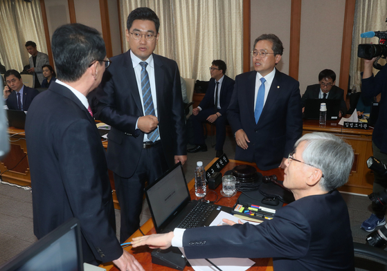법사위 국정감사장에서 여야 의원들이 한 목소리로 '서울중앙지검에 파견된 검찰인력'에 대한 자료를 요청했지만 법무부는 자료 제출을 하지 않아 의원들이 반발했다. 11일 법사위가 열린 모습. 강정현 기자