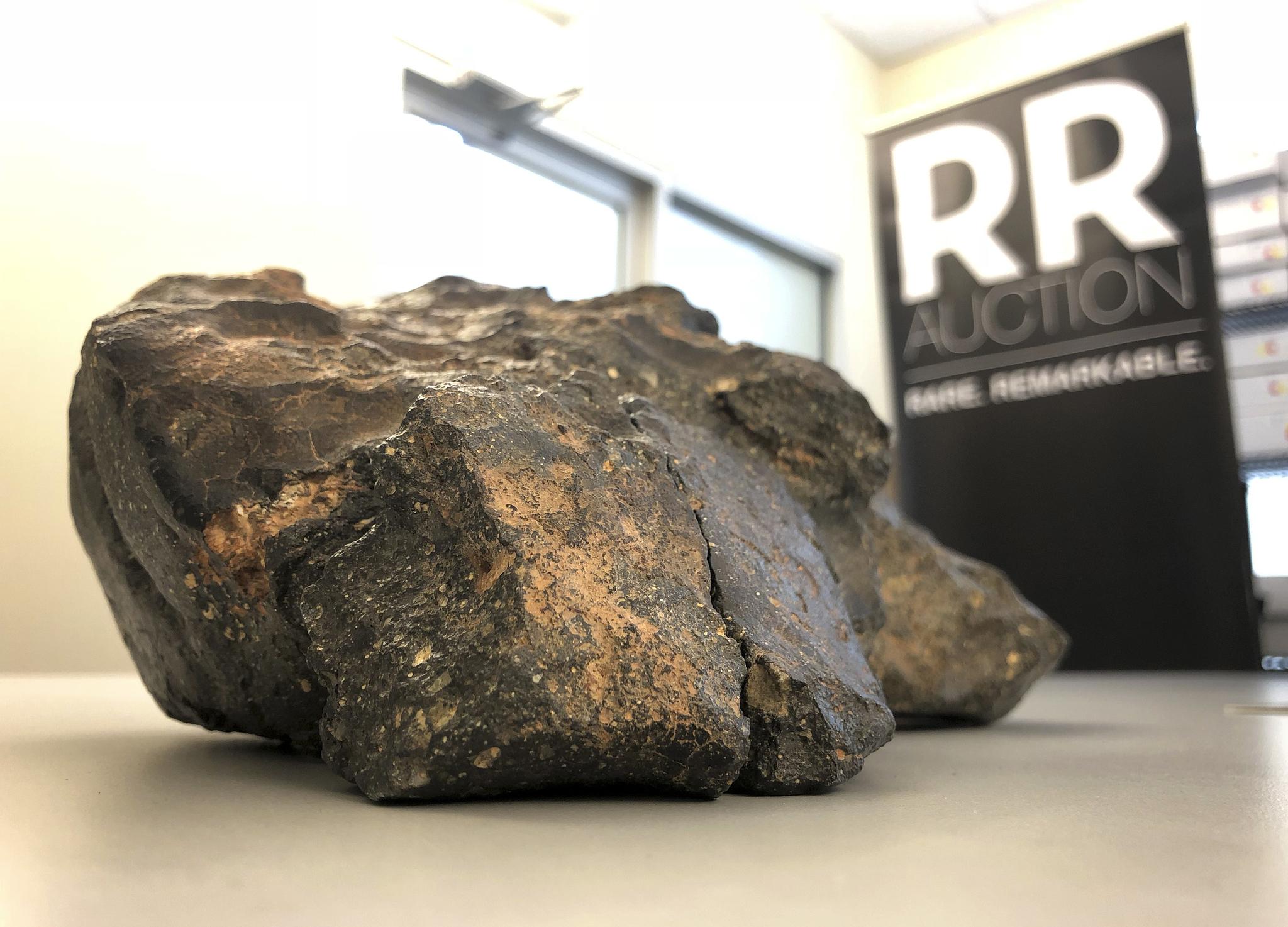 무게 5.5kg의 달 운석이 온라인 경매에 나왔다. 일명 '부아그바'로 불리는 이 운석은 작년 아프리카에서 발견됐다. 공식명칭은 NWA11789이다.[AP=연합뉴스]