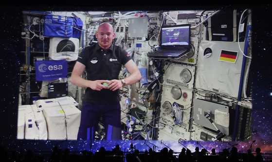 epa07061042 German Astronaut Alexander Gerst sends a video message from the International Space Station ISS to the opening ceremony of the International Astronautical Congress IAC in Bremen, northern Germany, 01 October 2018. More than 6,000 scientists and space experts meet for the 69th edition of one of the world's biggest space-related congresses which runs until 05 October. EPA/FOCKE STRANGMANN <저작권자(c) 연합뉴스, 무단 전재-재배포 금지>
