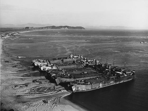 원산 해안가에 접안한 미 해군 LST. 기뢰에 막혀 바다 위에 떠 있는 미 제10군단은 10월 26일에 원산에 상륙했으나 이미 일주일 전에 육상으로 북상한 국군 제1군단이 점령한 후였다. [사진 미 해군]