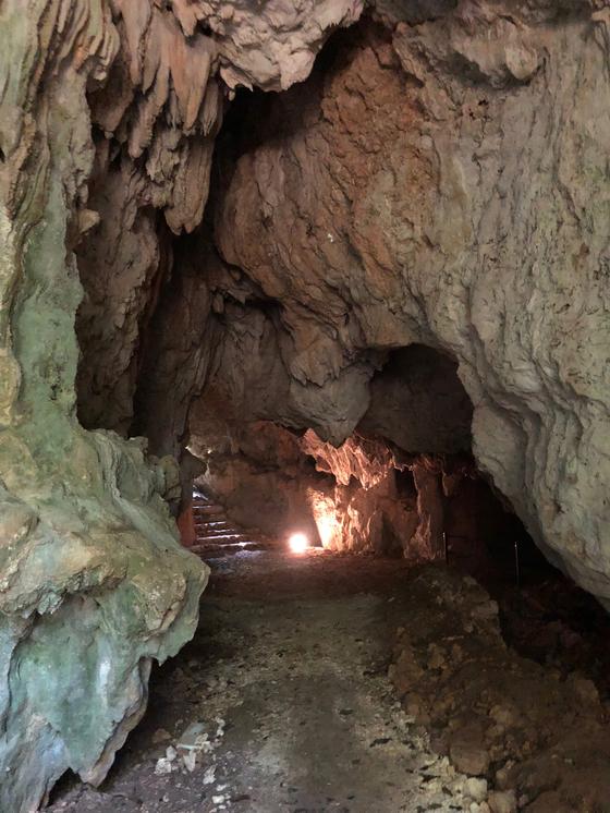 우후야구치 석회동굴은 태평양전쟁 당시 일본군의 방공호로 사용됐다.사진=김상진 기자