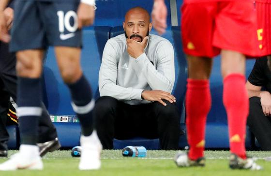 벨기에 대표팀 코치를 맡았던 티에리 앙리가 러시아 월드컵 준결승전에서 그라운드를 응시하고 있다. [로이터=연합뉴스]
