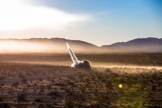 미국 해병대의 다연장 로켓포 하이마스(HIMARS) 발사 장면. [사진 미 해병대]