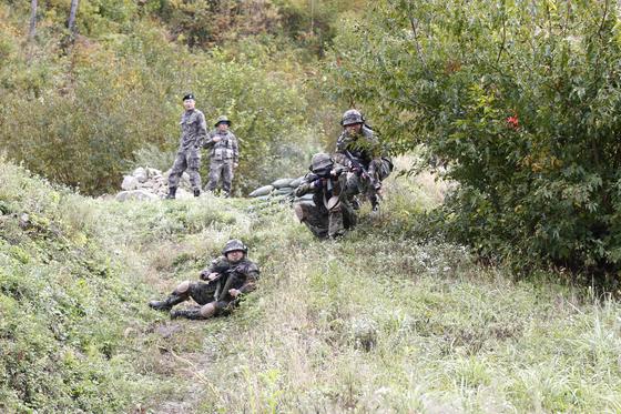 지난 11일 강원도 인제군 KCTC 훈련장에서 실전같은 모의 전투가 벌어졌다. 통제관이 지켜보는 가운데 공격을 시작하고 있다. [사진 육군 제공]