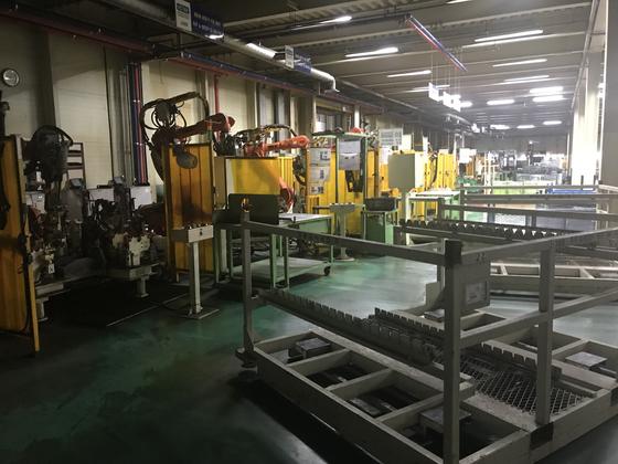 전북 군산시 한 공장의 차량 부품 제조 로봇. 한국 GM 군산공장 폐쇄 후 멈춰섰다. [문희철 기자]