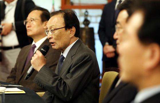 이해찬 더불어민주당 대표(가운데)가 8일 오전 서울 종로구 총리공관에서 열린 고위 당정청협의회에서 인사말을 하고 있다. 오종택 기자