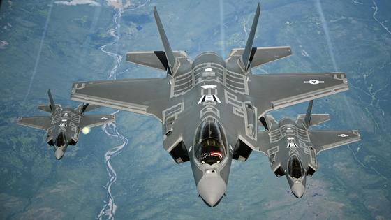 미국 공군의 F-35A 편대가 공중재급유를 위해 대기하고 있다. [사진 미 공군]