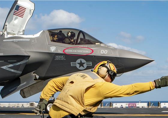 에식스함에서 미 해병대의 F-35B가 이륙을 준비하고 있다. 기체엔 2012년 전사하 해병 조종사 '크리스토퍼 레이블 중령'이 쓰여 있다. 이 기체가 지난달 탈레반 공습에 참가했다. [사진 미 해군]