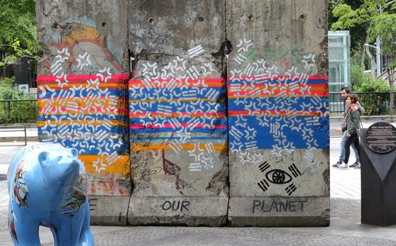 서울 청계천에 설치된 베를린 장벽이 그라피티로 훼손돼 있다. [뉴스1]