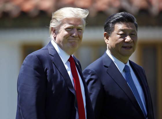 지난해 4월 미국 플로리다주 마라라고 리조트에서 시진핑 중국 국가주석과 정상회담을 가진 도널드 트럼프 미국 대통령. [AP=연합뉴스]