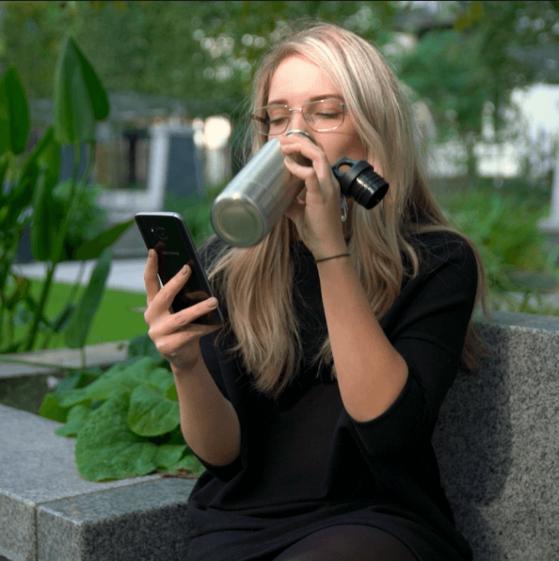 비어 쿨러를 이용해 맥주를 마시는 모습. 아무도 그녀가 술을 마시고 있다는 걸 알아채리지 못한다.
